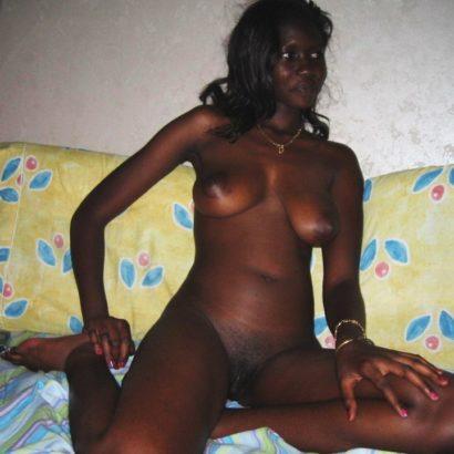 Schwarze Muschi auf dem Bett