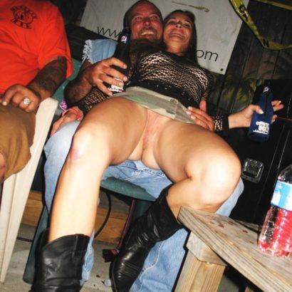 Frauen unten ohne Party