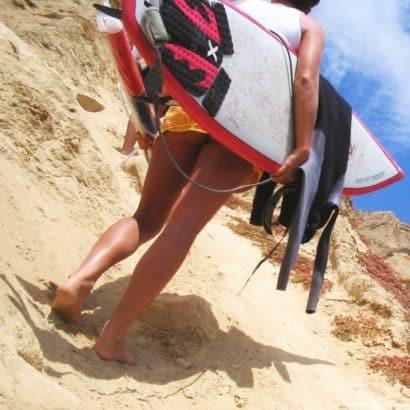 Frauen unten ohne am Sand