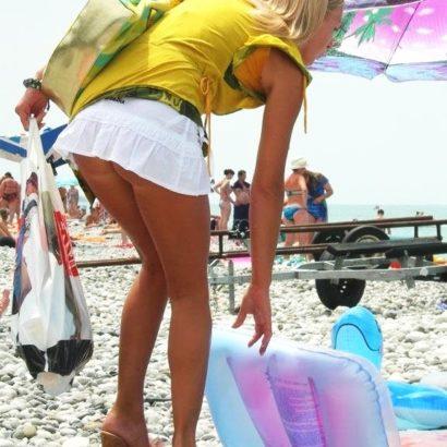 Frauen unten ohne am Strand