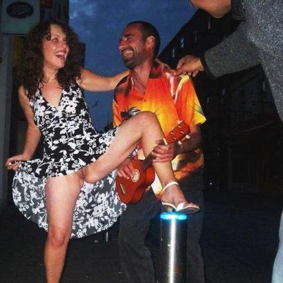 Frauen unten ohne beim tanzen