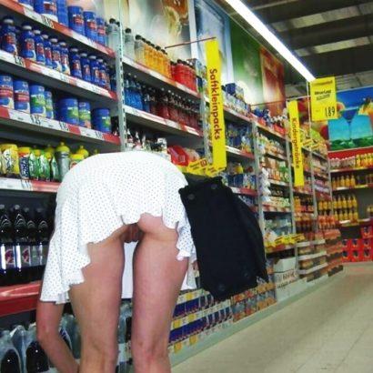 Frauen unten ohne im Supermarkt