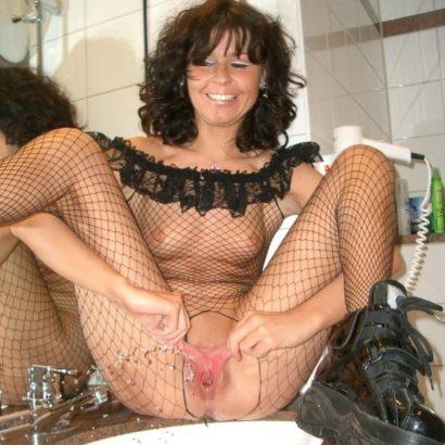 In das Waschbecken pissen