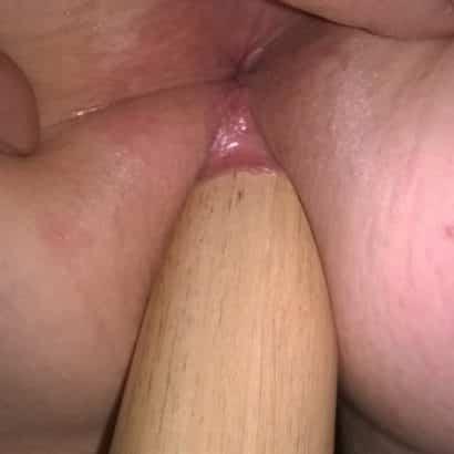 Frau mastubiert Holzdildo