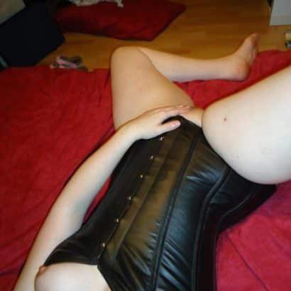 Leder Frau fingert sich