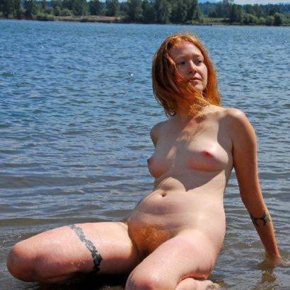 Rothaarige Muschi im Wasser