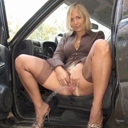 Pissende Frauen bei der Autofahrt