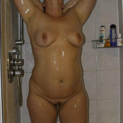 Muschi behaart unter der Dusche