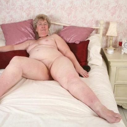 Omafotze auf dem Bett