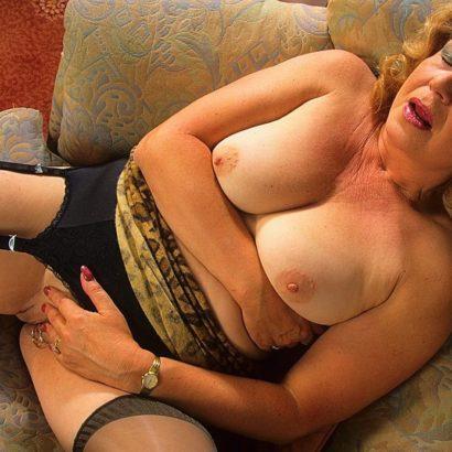 Omafotze auf dem Sofa