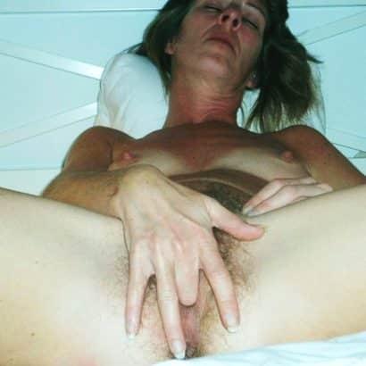 Betrunkene Frau mastrubiert