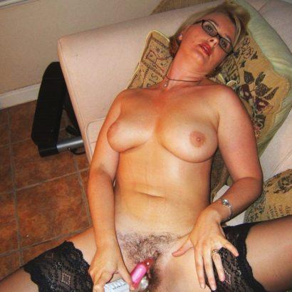Frau mastrubiert mit Vibrator