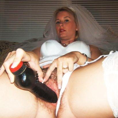 Frau mastrubiert mit schwarzem Dildo