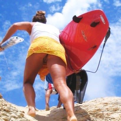 Frauen ohne Höschen am Strand
