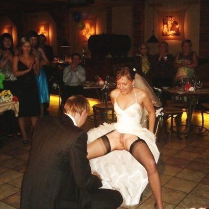 Frauen ohne Höschen auf der Hochzeit