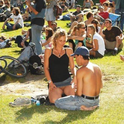 Frauen ohne Höschen im Park