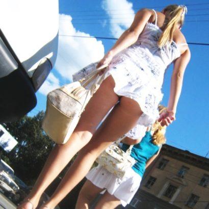 Frauen ohne Höschen shoppen