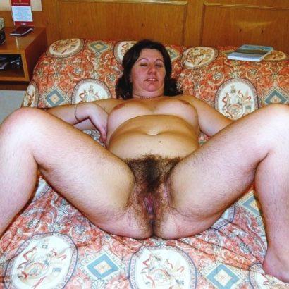 Haarige Muschi im Bett