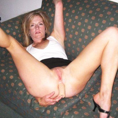 Frauen bei der Selbstbefriedigung auf der Couch