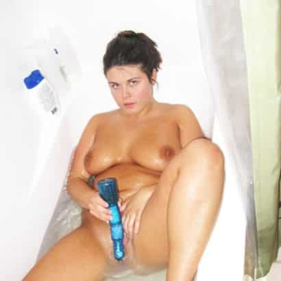 Frauen bei der Selbstbefriedigung in der Badewanne