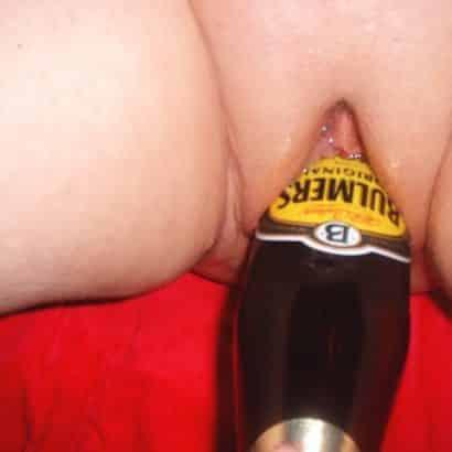 Frauen bei der Selbstbefriedigung mit der Sektflasche