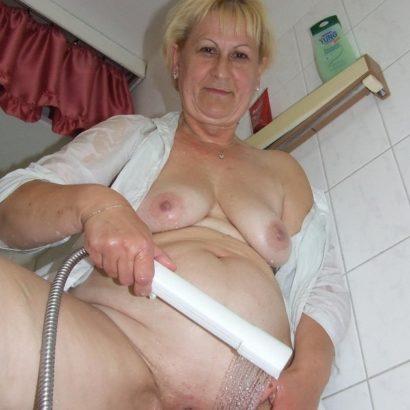 Oma und die Dusche