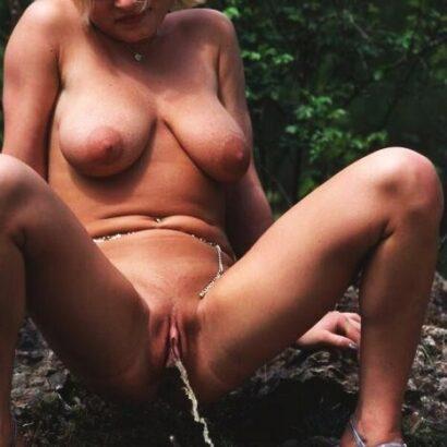 Pissende Fotze mit prallen Titten