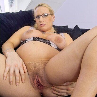 Schwangere Möse mit Brille