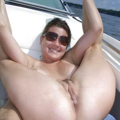 Rasierte Muschi auf dem Boot