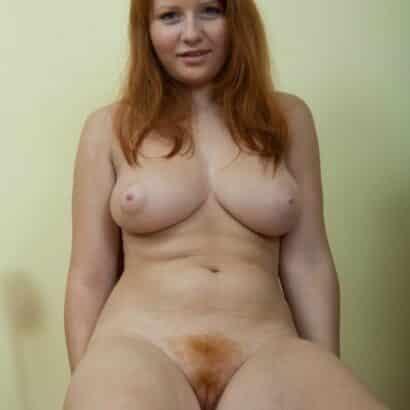 Rothaarige Pussy mit dicken Titten